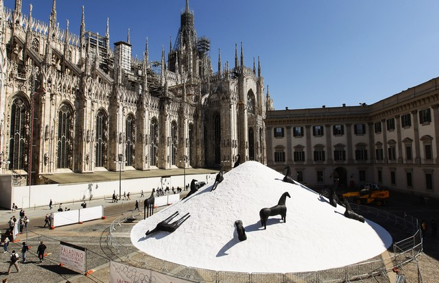 MILAN, ITALY - APRIL 05: 'La Montagna di Sale (The Salt Mountain)' by Mimmo Paladino is displayed in Piazza Duomo on April 5, 2011 in Milan, Italy. (Photo by Vittorio Zunino Celotto/Getty Images) (Foto: Getty Images)