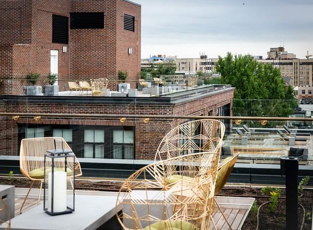 Um terraço com cadeiras de metal conecta a arquitetura antiga à modernidade (Foto: Deezen/ Reprodução)