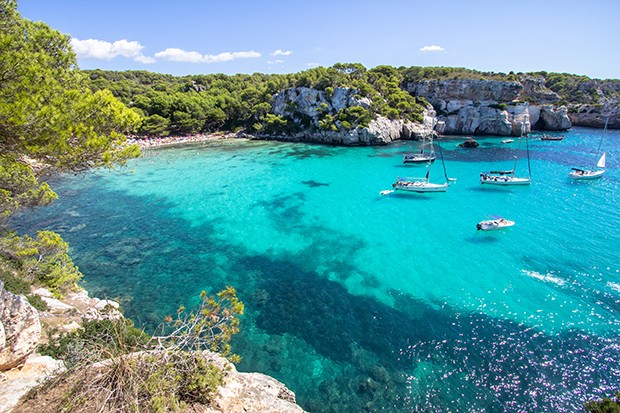 Panorama view of Macarella beach in Menorca, Balearic Islands, Spain (Foto: Getty Images/iStockphoto)