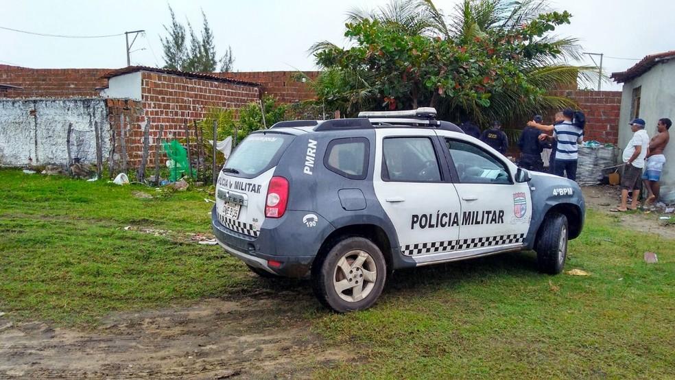 Corpo de um dos assaltantes foi encontrado na manhã desta sexta (25) no quintal de uma casa na praia de Santa Rita (Foto: Marksuel Figueredo/Intert TV Cabugi)