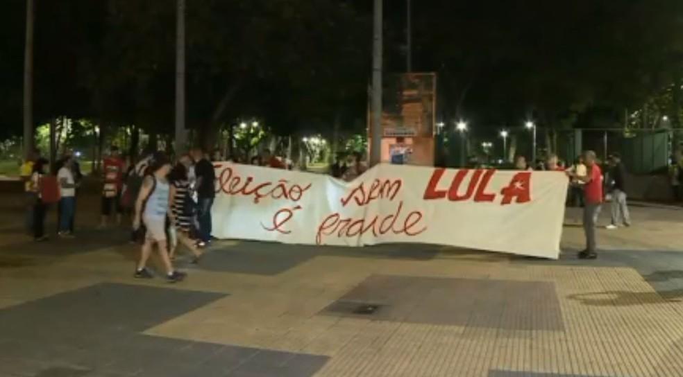 Grupo segura faixa em ato em defesa de Lula na Praça da República, no Centro de São Paulo (Foto: Reprodução/TV Globo)