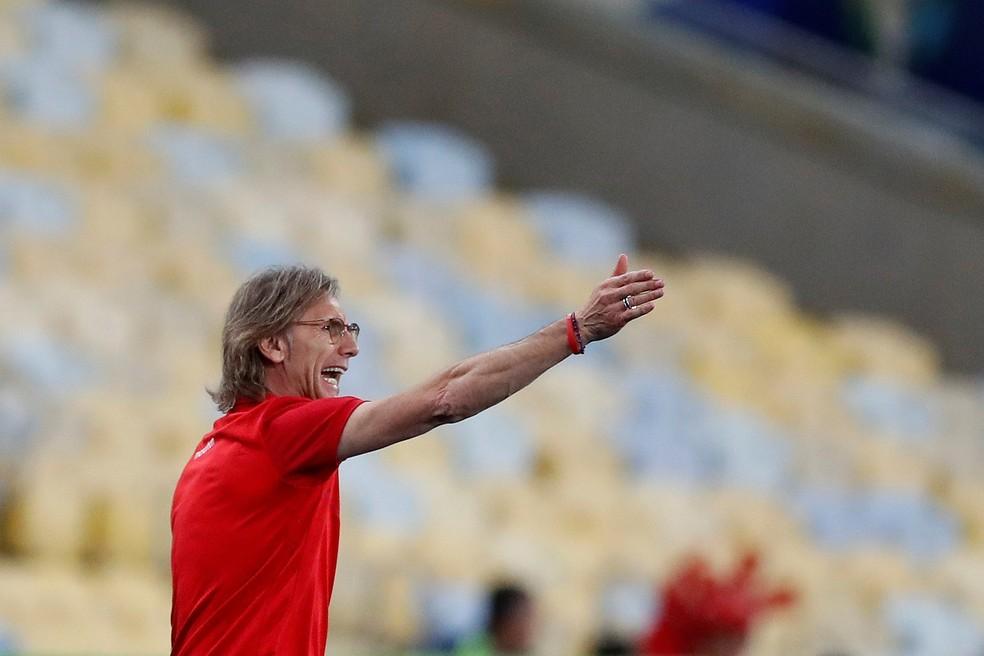 Ricardo Gareca, técnico do Peru, em ação contra a Bolívia — Foto:  EFE/Antonio Lacerda