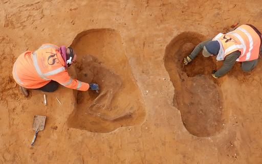 """Arqueólogos descobrem cemitério de 1.500 anos com """"sombras"""" de esqueletos"""