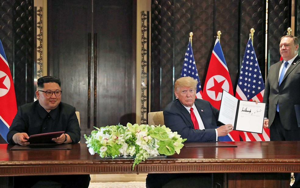 O presidente dos EUA, Donald Trump, mostra o documento que ele e o líder da Coreia do Norte, Kim Jong-um, assinaram durante encontro histórico em Singapura (Foto: Jonathan Ernst / Reuters)