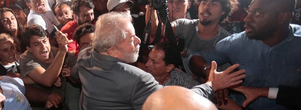 O ex-presidente Lula ao deixar o Sindicato dos Metalúrgicos do ABC em 7 de abril, antes de ir para a prisão em Curitiba (Foto: Leonardo Benassatto/Reuters)