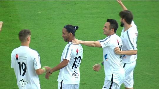 Ronaldinho faz golaço e promete torcida pelo Grêmio no Mundial