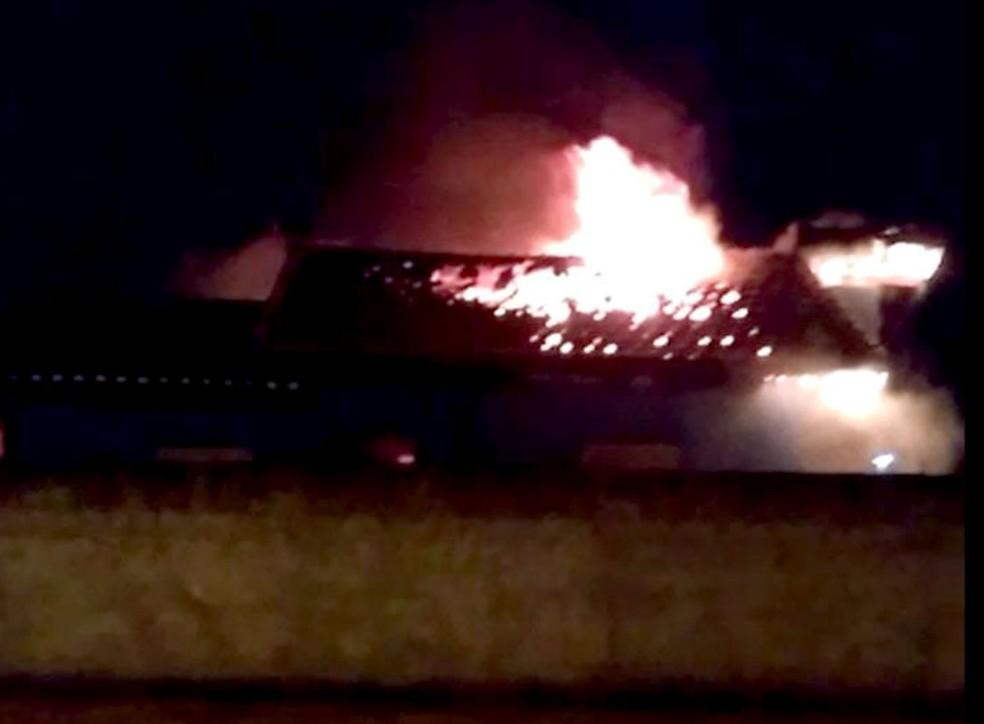 Incêndio começou na marugada desta quarta-feira e bombeiros só tiveram tempo de evitar que fogo atingisse outras casas — Foto: Arquivo pessoal