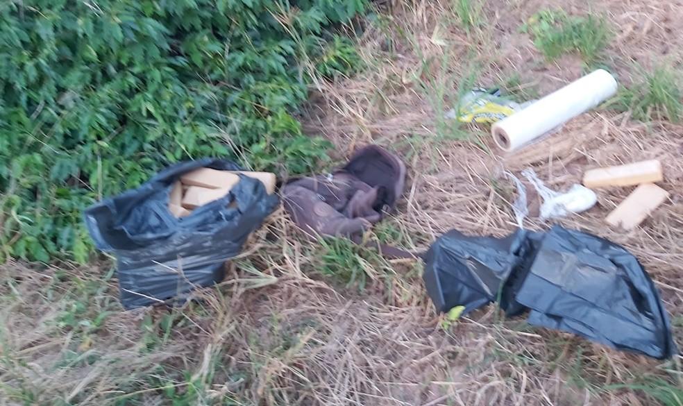 Segundo a polícia, dupla estava preparando os entorpecentes para enterrá-los quando avistaram a viatura — Foto: Polícia Ambiental/Divulgação