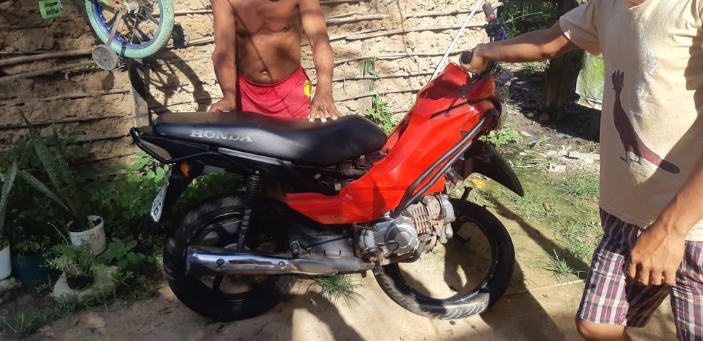 Motocicleta com 4 ocupantes bate em automóvel na BR-135 — Foto: Divulgação/Polícia Rodoviária Federal