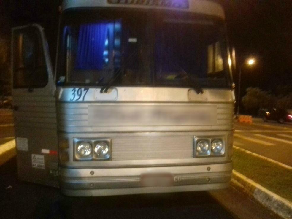 Ônibus de turismo foi assaltado em Fernandes Pinheiro, na noite de sexta-feira (28) (Foto: Divulgação/Polícia Rodoviária Federal)