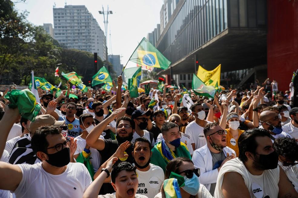 Usando camisetas brancas, manifestantes protestam na Avenida Paulista — Foto: Amanda Perobelli/Reuters