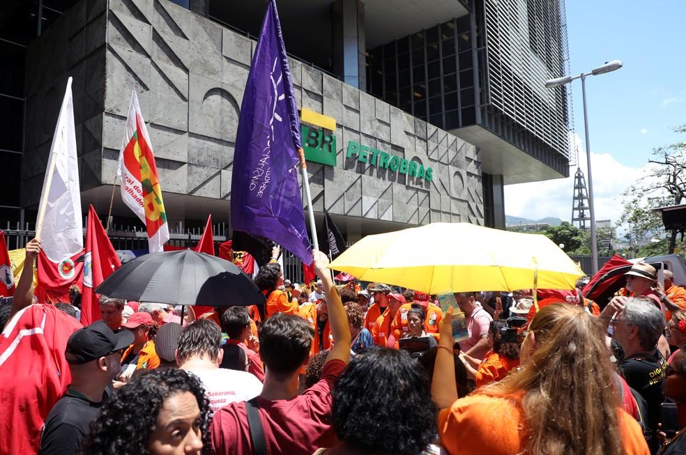 Petroleiros protestam em frente à sede da Petrobras, no Rio de Janeiro, durante greve da categoria — Foto: Marcelo Carnaval/Reuters