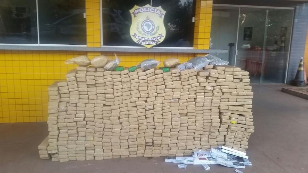 Quase uma tonelada de droga estava dentro de carro que capotou em Jataí (Foto: PRF/Divulgação)