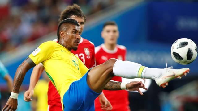 Paulinho toca e encobre o goleiro da Sérvia