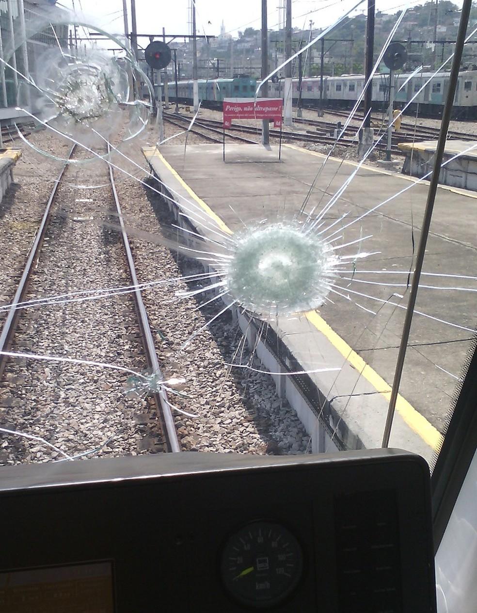 Para-brisa de trem da Supervia atingido por pedra — Foto: Divulgação/ Supervia