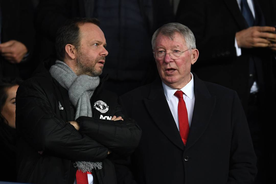 Ed Woodward, diretor executivo do United, ao lado do ex-técnico do clube, Alex Ferguson