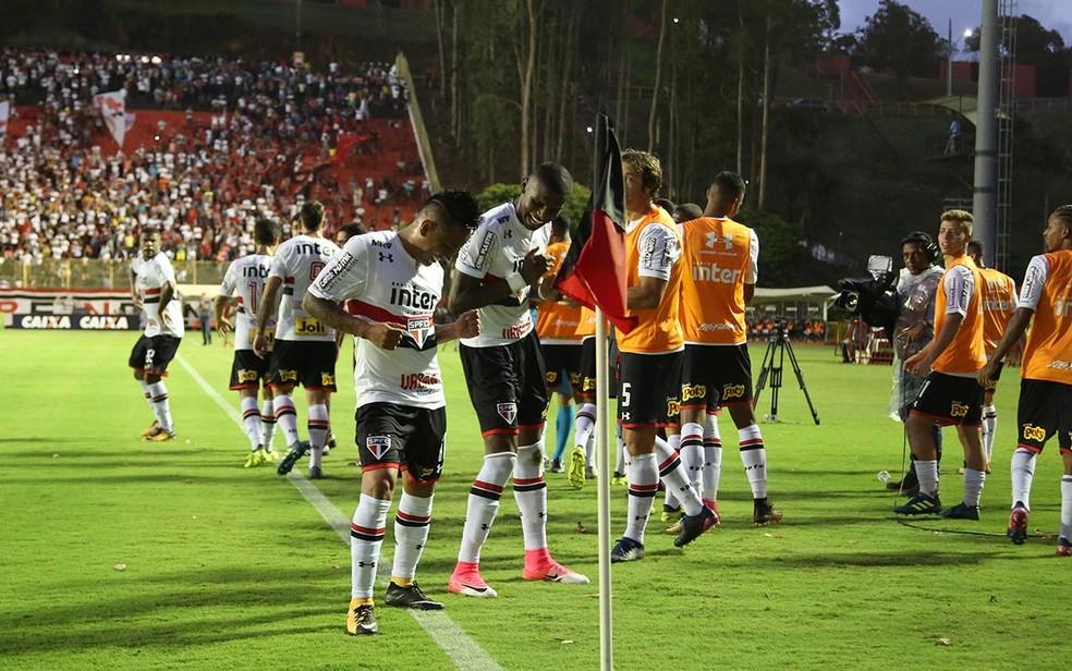 Arboleda e Cueva dançam após  gol contra o Vitória (Foto: Rubens Chiri/saopaulofc.net )