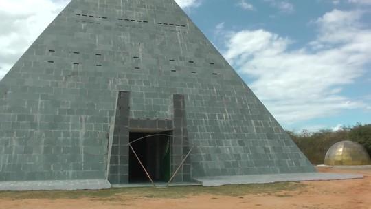 Pirâmide de 19 m de altura no sertão do CE 'equilibra energia', diz Ordem dos Guardiões dos Faraós