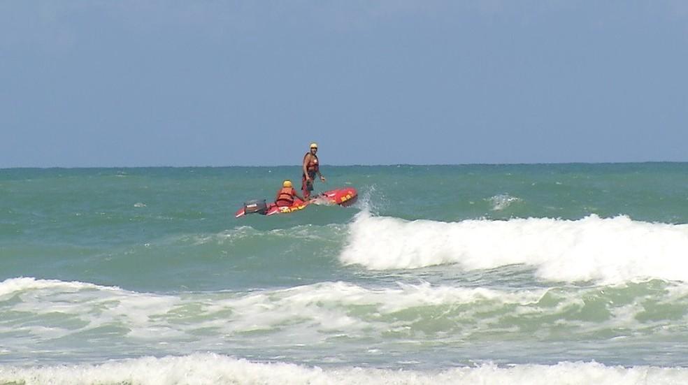 Bombeiros fizeram buscas até 17h em Areia Preta, mas não encontraram pessoa desaparecida — Foto: Reprodução/Inter TV Cabugi