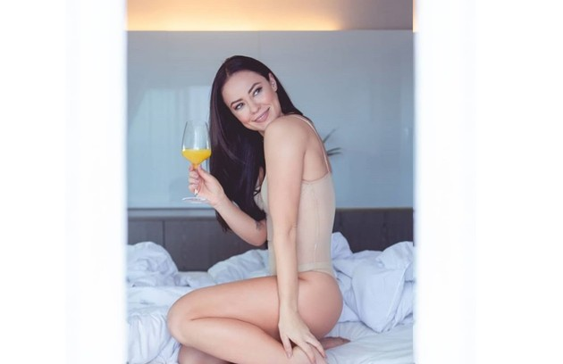 De lingerie, a personagem saudou seus 'seguimores'. 'Alguns conteúdos não vão ao ar, mas ajudam a contar a história', diz Paolla (Foto: Reprodução/Instagram Vivi Guedes)
