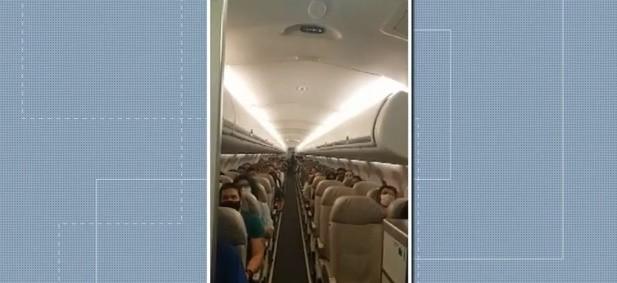 Comandante de voo que trouxe vacinas contra a Covid-19 para o Paraná é aplaudida por passageiros ao anunciar o transporte da carga; vídeo