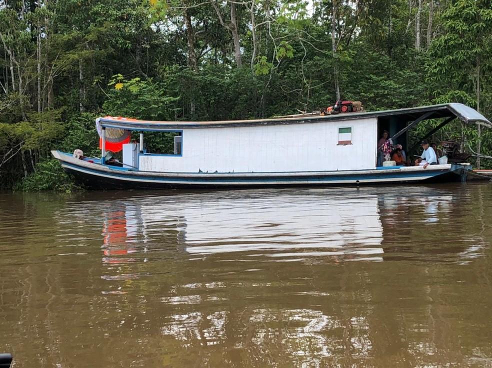 Pelo menos 30 famílias estão alojadas em barcos, segundo a Defesa Civil — Foto: Arquivo/ Defesa Civil municipal
