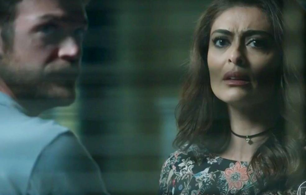 Em 'A Força do Querer', Bibi (Juliana Paes) bate boca com Jeiza (Paolla Oliveira) em delegacia por causa de Rubinho (Emilio Dantas) — Foto: Globo