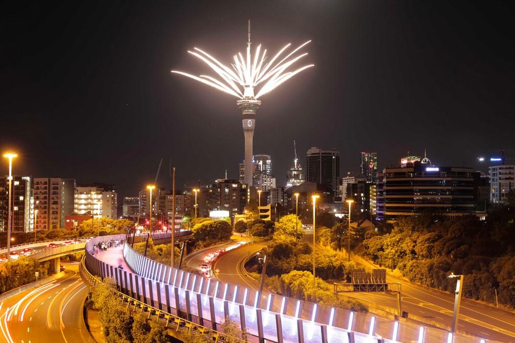 Queima de fotos na Sky Tower marcou a entrada no Ano Novo em Auckland, Nova Zelândia — Foto: Associated Press