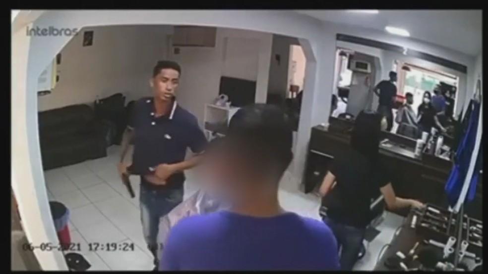 Após cortar cabelo em barbearia no DF, homem levanta e anuncia assalto — Foto: Reprodução