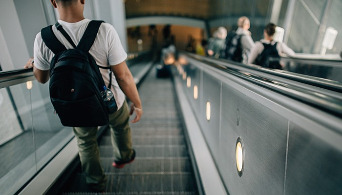 Você costuma andar na esquerda ou ficar parado na escada rolante? (Foto: Pexels)