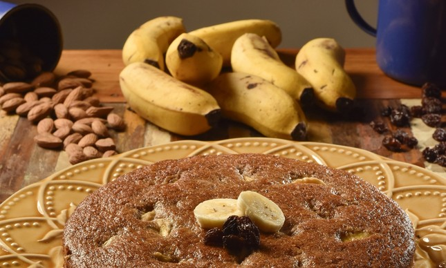 Bolo de banana com aveia e passas: energia para o carnaval