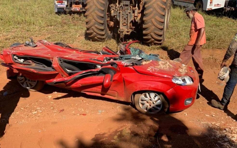 Carro fica completamente destruído ao ser atingido por caminhão que tombou em Alexânia — Foto: Reprodução/TV Anhanguera