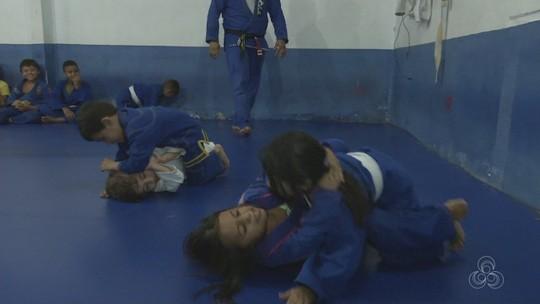 Crianças mostram vontade e seriedade nos primeiros passos no jiu-jítsu