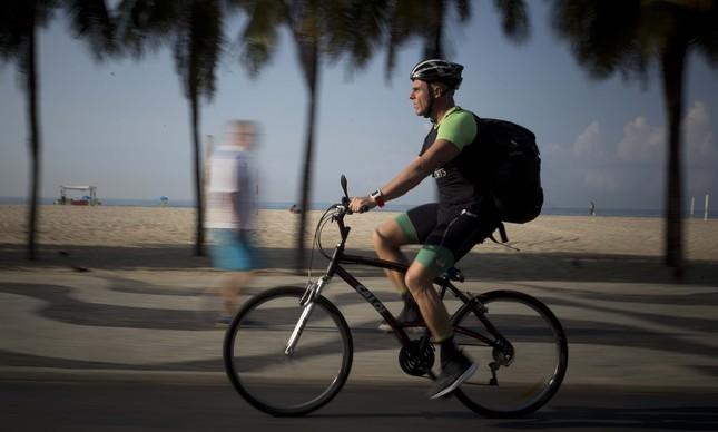 Octavio Cunha pedala do treino para o trabalho em Copacabana