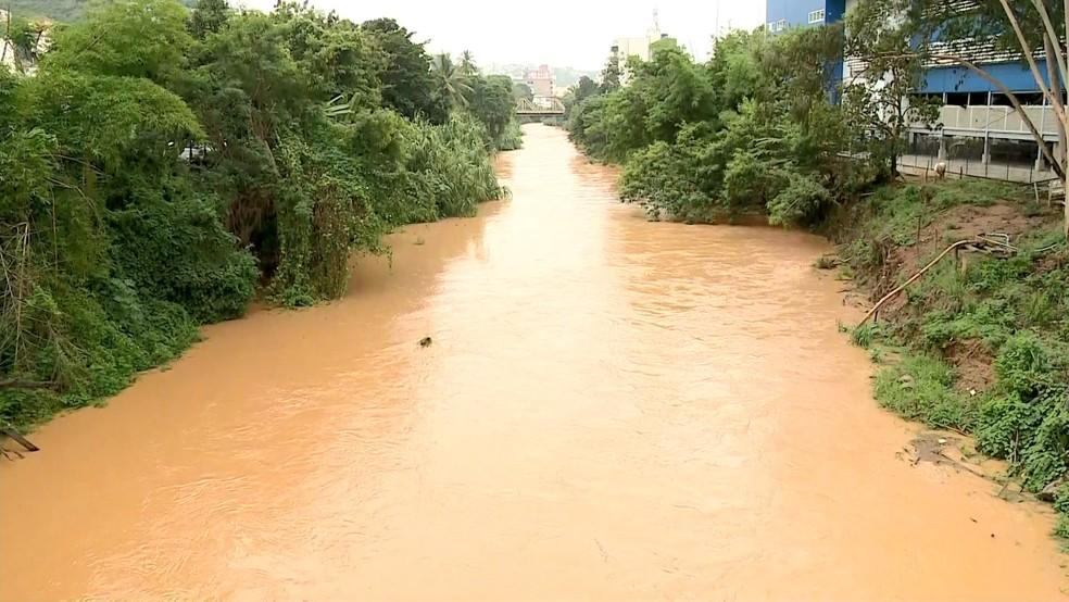 Encontro do Rio Santa Maria com o Rio Doce depois da chuva (Foto: Reprodução/ TV Gazeta)