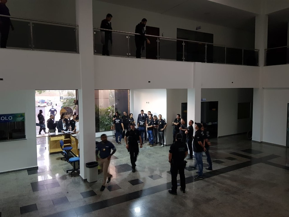 Policiais fazem buscas dentro da Câmara Municipal de Palmas (Foto: Wherbert Araújo/SSP)