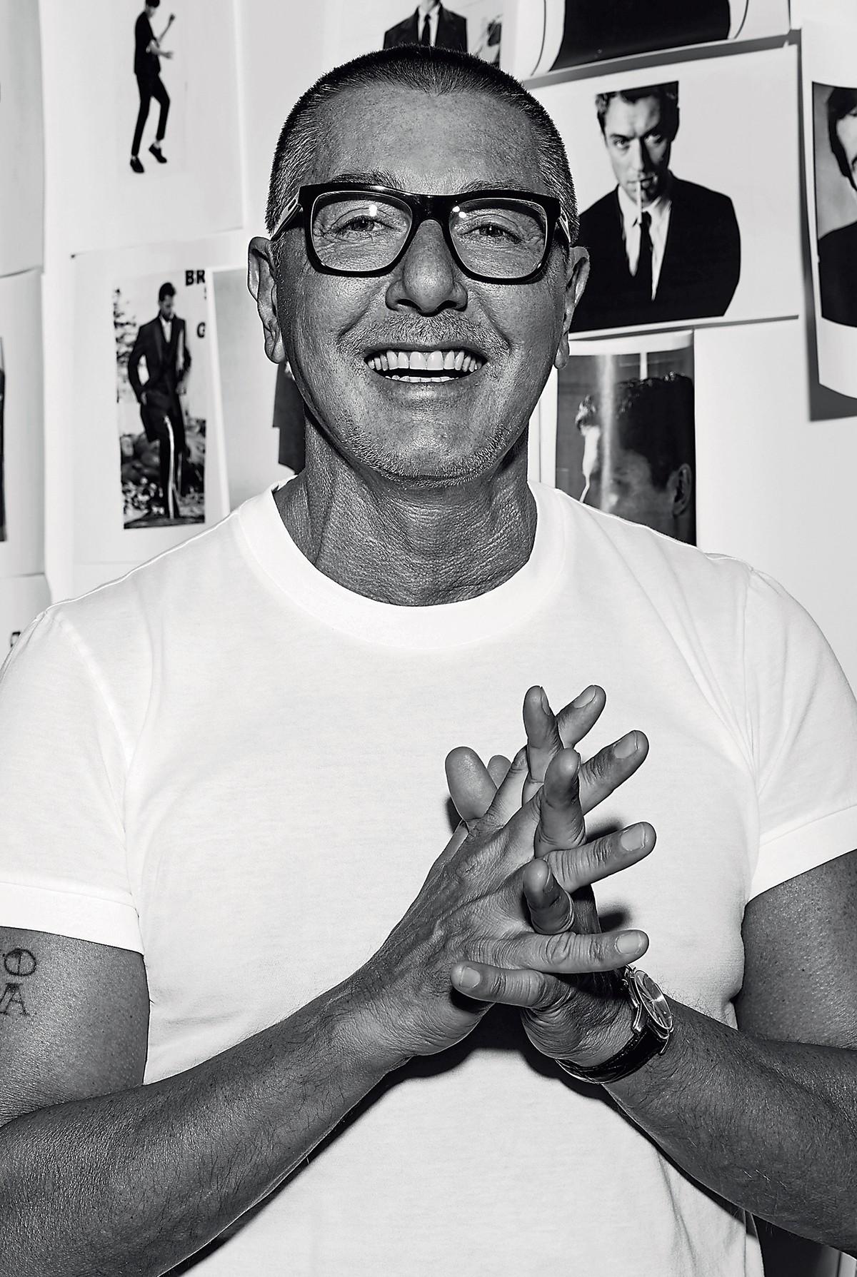 Stefano Gabbana em seu estúdio em Milão. O estilista criou a marca que leva seu sobrenome com o então namorado, em 1985  (Foto: Cortesia Dolce & Gabbana)