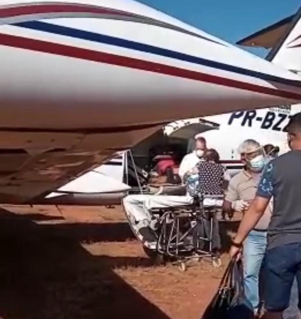 Aracy Leoncine se levantou da maca e preferiu ir caminhando até a aeronave que a levou de volta para casa — Foto: Reprodução