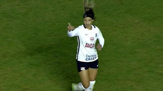 Destaque do Corinthians feminino aprendeu a jogar com garrafas pet