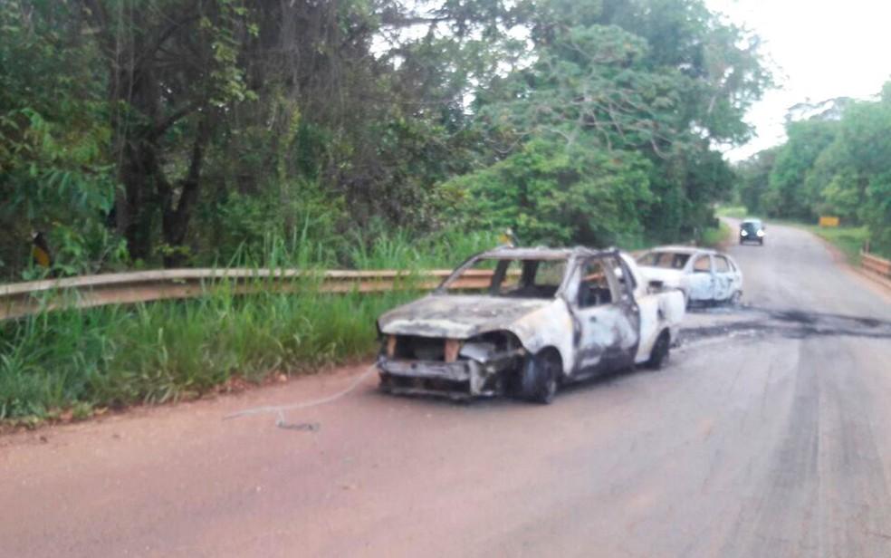 Bandidos incendiaram carros para fechar acesso à cidade (Foto: Arquivo Pessoal )