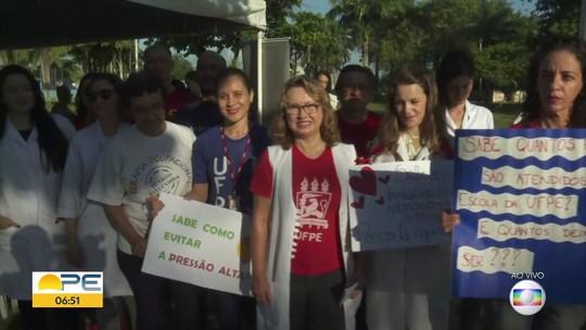 Professores e alunos de instituições federais de ensino fazem ato contra cortes de verbas