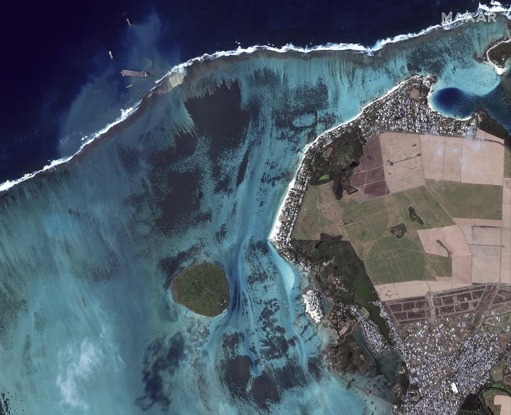 Imagem de satélite desta quarta (12) mostra extensão dos danos ao mar perto de Pointe d'Esny, nas Ilhas Maurício, após derramamento de óleo — Foto: HANDOUT / SATELLITE IMAGE ©2020 MAXAR TECHNOLOGIES / AFP
