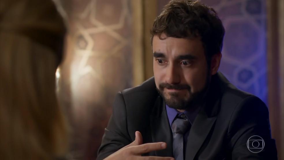 Leozinho (Gabriel Godoy) diz que seus pais não aprovaram o casamento com Fedora (Tatá Werneck) - 'Haja Coração' — Foto: Globo