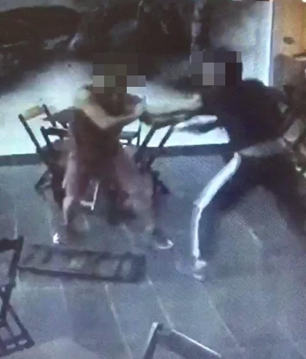 Irmão do comerciante lutou contra um dos ladrões (Foto: Reprodução/Circuito de Segurança)