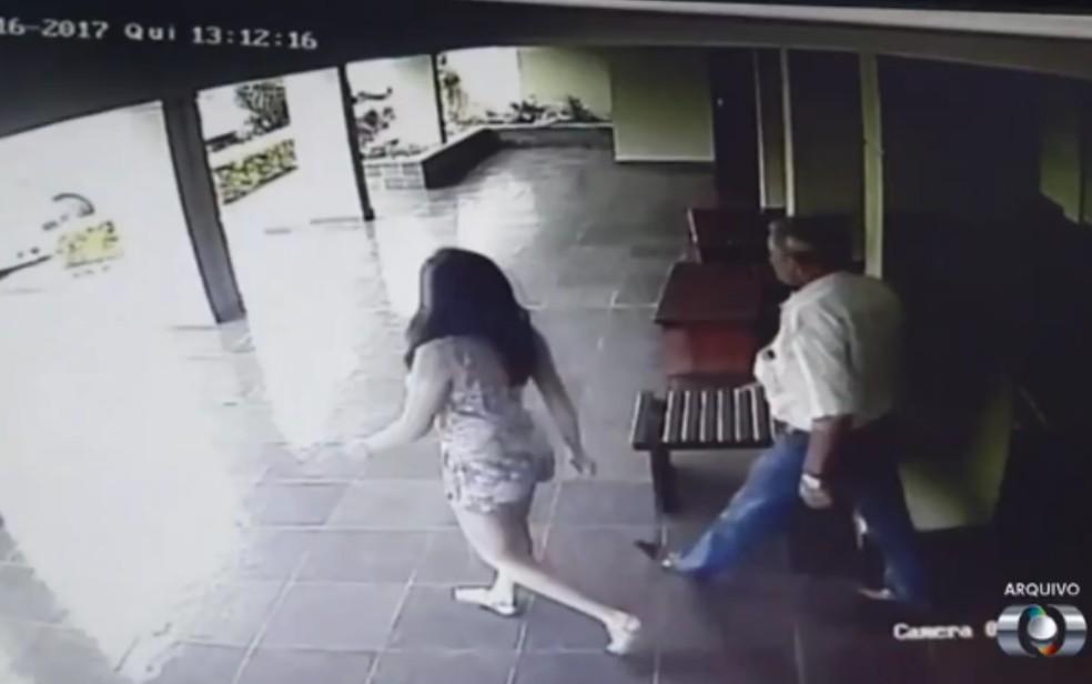 Imagem de câmera de segurança mostra quando Thayná saiu de casa no dia do desaparecimento com o padrasto, em Valparaíso de Goiás — Foto: Reprodução/TV Anhanguera