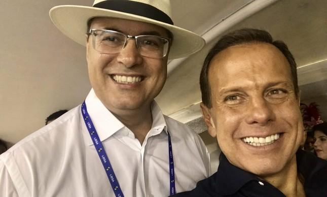 Governador de São Paulo, João Doria, comparece à Sapucaí no Carnaval 2019 e tira foto com o governado do Rio Wilson Witzel
