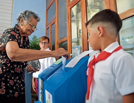 Cubana vota na eleição para a Assembleia Nacional. A opção dos eleitores se resume a uma lista única de candidatos preparada pelo governo (Foto: Yamil LAGE / AFP)