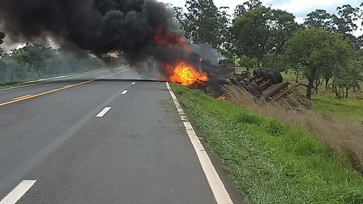 Caminhão carregado de café pega fogo após capotar na BR-365, próximo a Patos de Minas