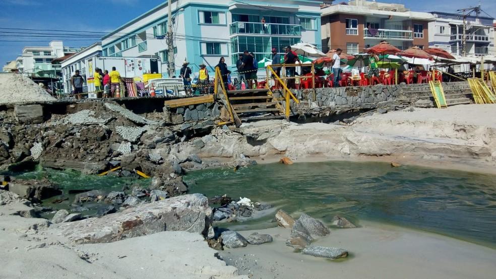 Orla da Prainha em Arraial do Cabo, RJ, cedeu e água esverdeada deixou local impróprio para banho — Foto: Andreza Mendonça/arquivo pessoal