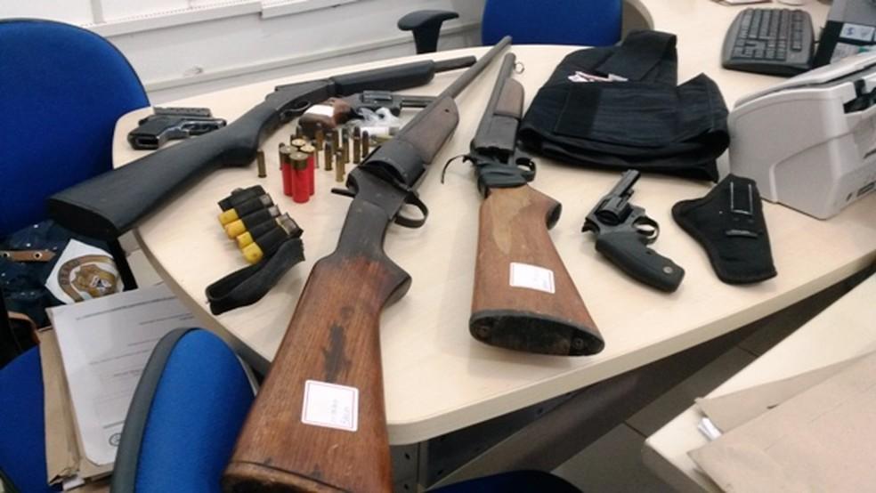 Armas, munições e documentos foram apreendidos pela Polícia Civil.  — Foto: Divulgação/Polícia Civil